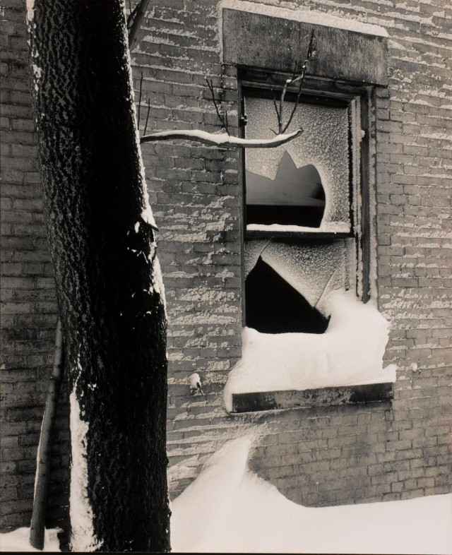 Разбитые окна и снег, ок. 1949. Фотограф Майнор Уайт