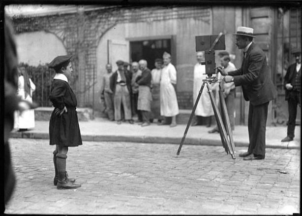 Фотограф за работой, ок. 1918. Фотограф Льюис Хайн