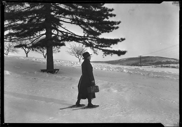 Медсестра на снегоступах, горы Рамапо, ок. 1925. Фотограф Льюис Хайн