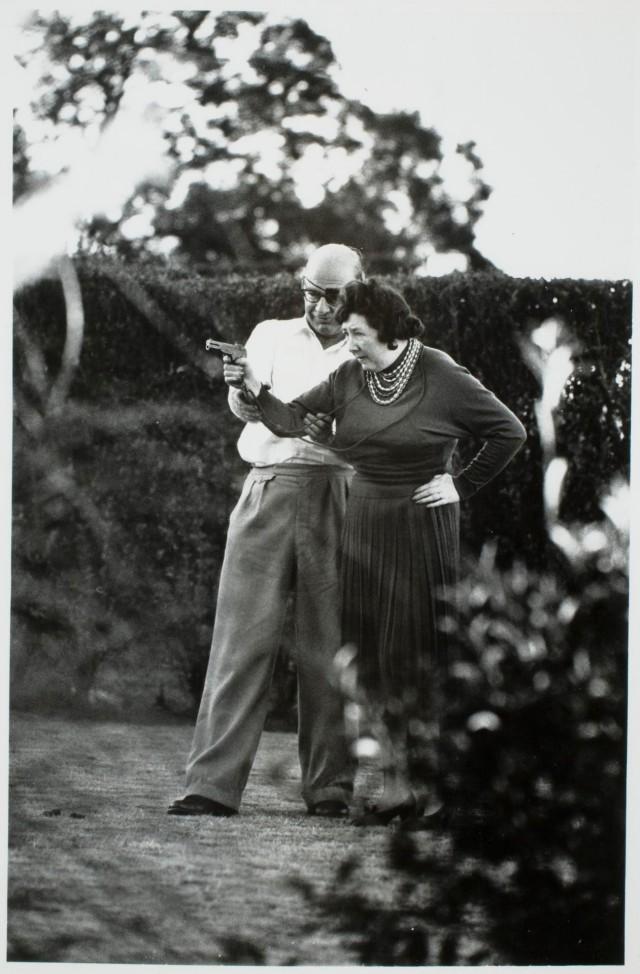 Мужчина учит женщину стрелять из пистолета, 1961. Фотограф Иэн Берри