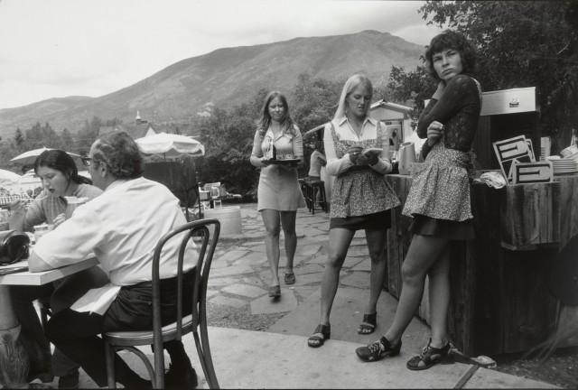 Официантки на террасе ресторана, ок. 1975. Фотограф Гарри Виногранд