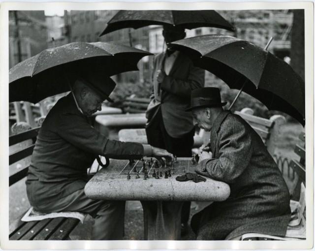 Уличные шахматисты, Вашингтон-Сквер-парк, 1965. Фотограф Джеймс Джоуэрс