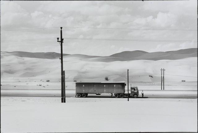 Грузовик в пустыне, Калифорния, 1962. Фотограф Дэнни Лайон