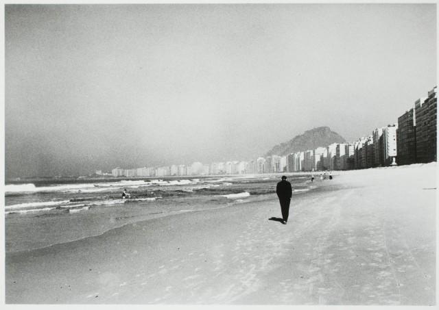 Прогулка вдоль берега, ок. 1961. Фотограф Корнелл Капа