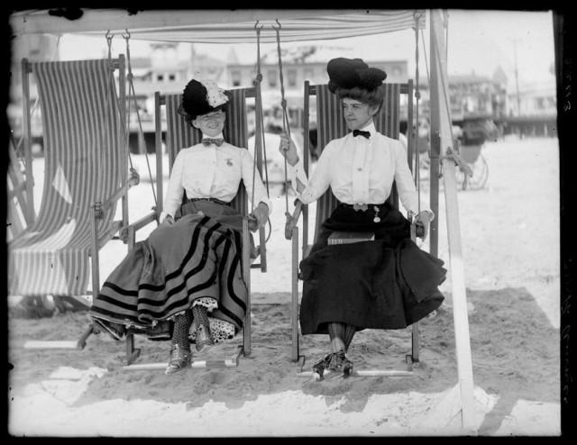 Женщины на пляже в Атлантик-Сити, ок. 1905. Фотограф Уильям Вандер Вейде