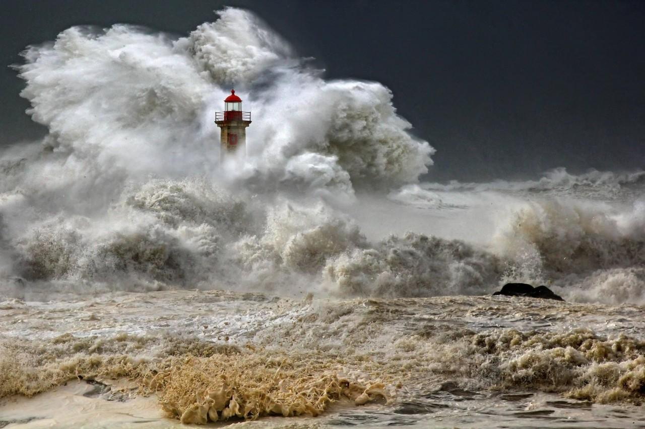 «Неистовство». Шторм в городе Порту, Португалия. Фотограф Веселин Малинов