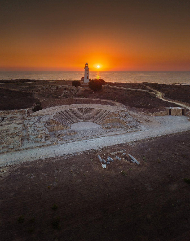 «Пафосный закат». Закат с видом на Амфитеатр времён римской империи и знаменитый маяк в городе Пафос, Кипр. Фотограф Евгений Фабисюк