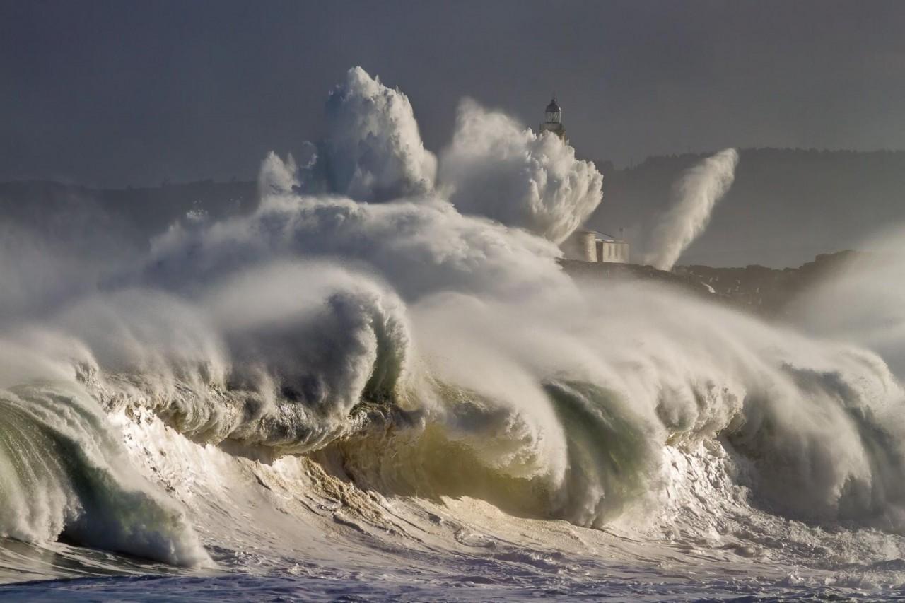Волны разбиваются о побережье в Испании. Фотограф Оскар Мартинес