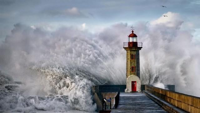 Зимняя волна разбивается о маяк неподалёку от Порту, Португалия. Фотограф Эдуардо Тейшейра де Соуза