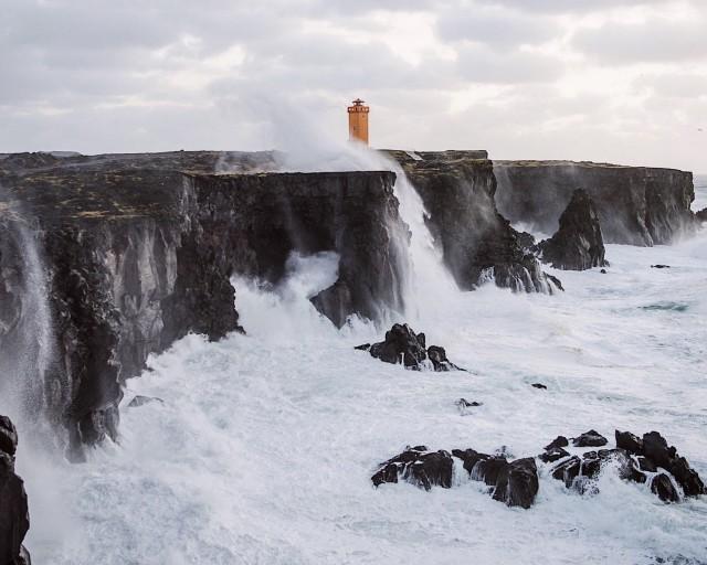 Исландия, маяк и волны. Фотограф Таннер Венделл Стюарт