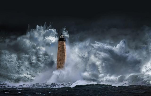 Маяк и волны. Фотограф Насер Осман