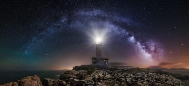 Млечный Путь и маяк в Испании. Фотограф Карлос Туриенцо