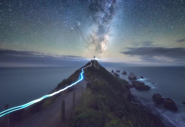 Светящаяся тропа, Млечный Путь и маяк. Фотограф Джимми Макинтайр