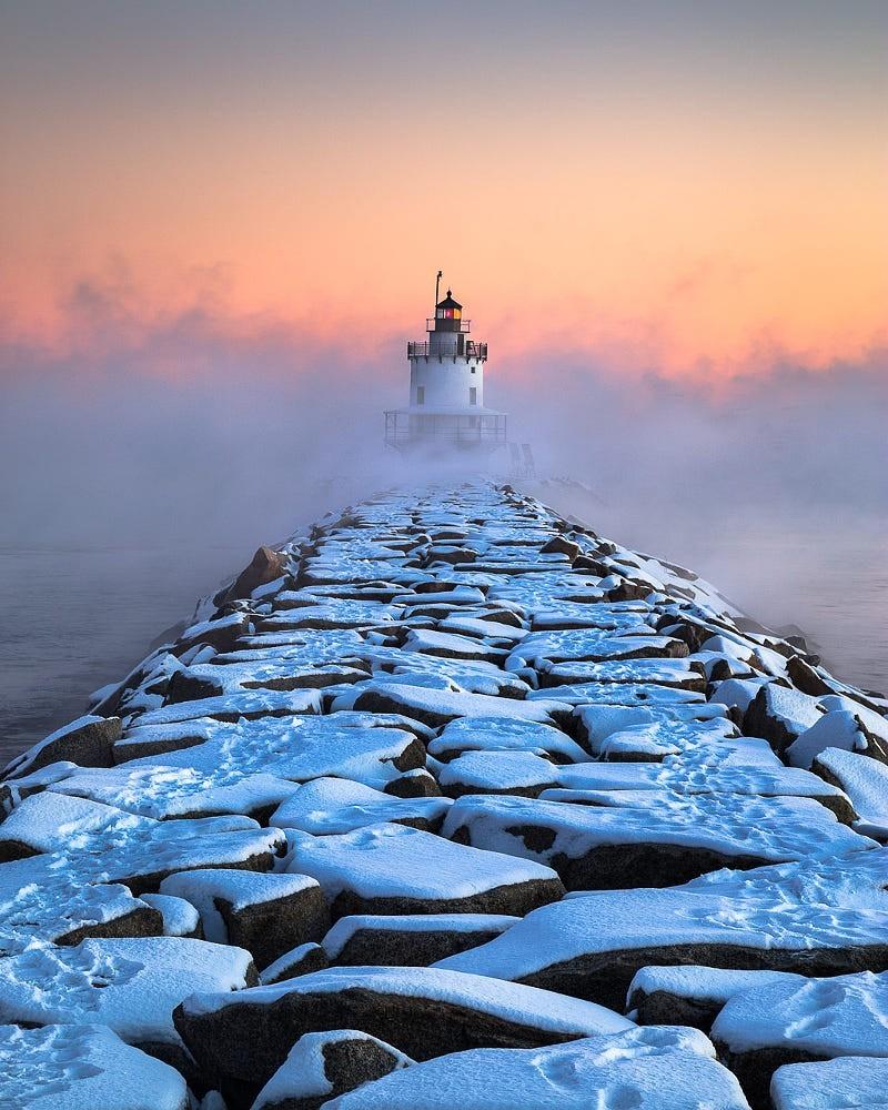 Маяк Спринг-Пойнт в арктическом тумане. Портленд, США. Фотограф Бенджамин Уильямсон