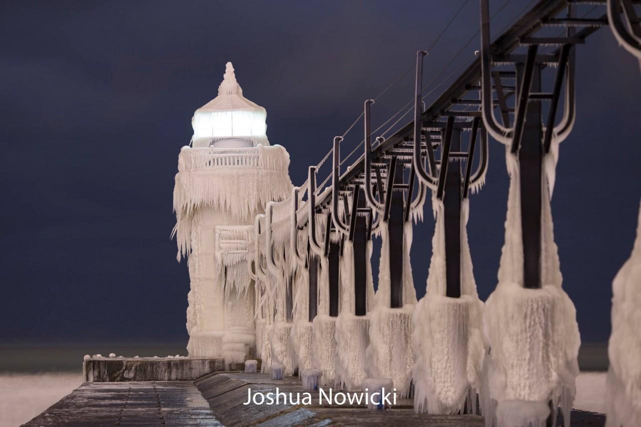 Маяк, скованный льдом. Фотограф Джошуа Новицки