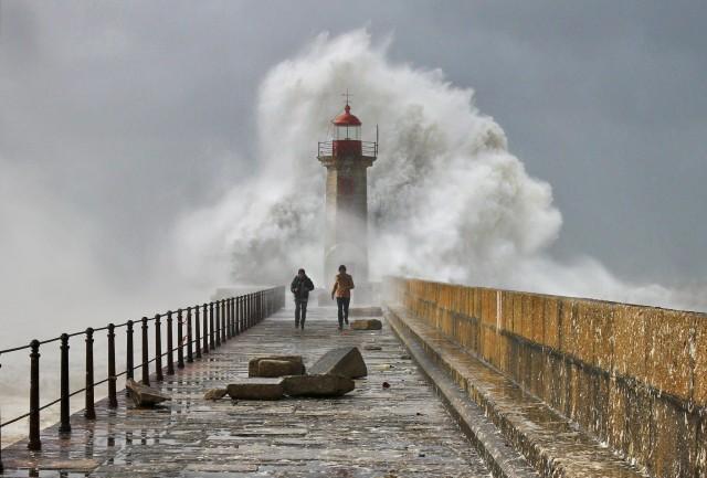 Пирс, маяк и волна. Фотограф Веселин Малинов