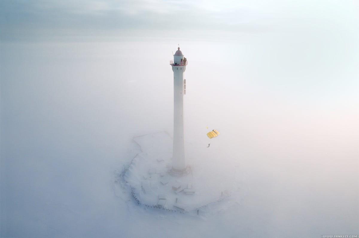 Бейсджампинг с маяка в Финском заливе. Фотограф Виктор Сухоруков