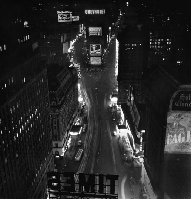 Ночь на Таймс-сквер, Нью-Йорк, 1947. Фотограф Фред Стайн