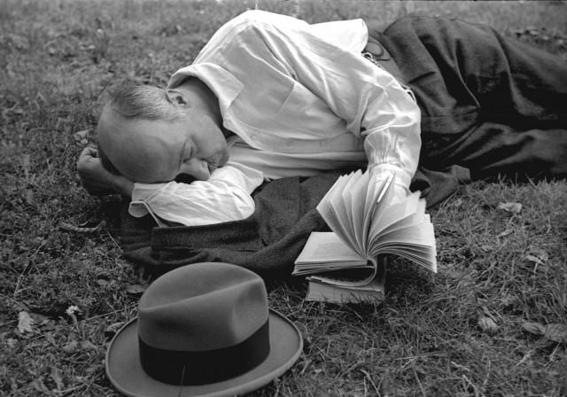 Чтение в траве, Париж, 1936. Фотограф Фред Стайн