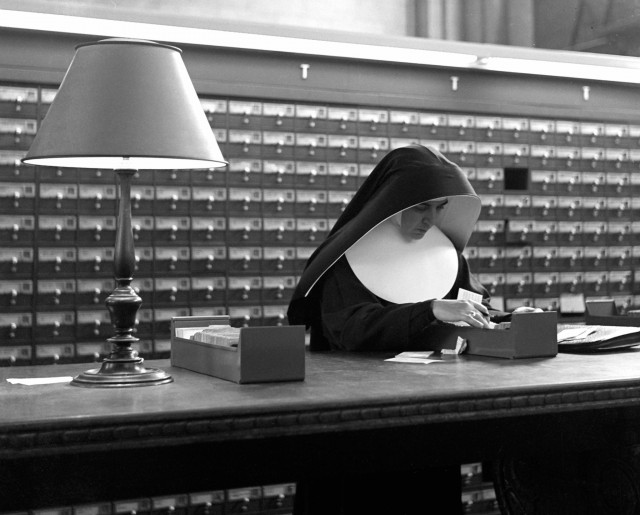 Монахиня, Нью-Йорк, 1944. Фотограф Фред Стайн