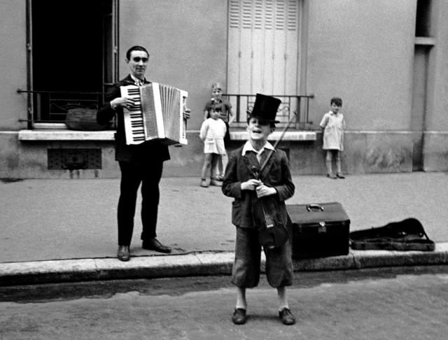 Мальчик со скрипкой, Париж, 1935. Фотограф Фред Стайн