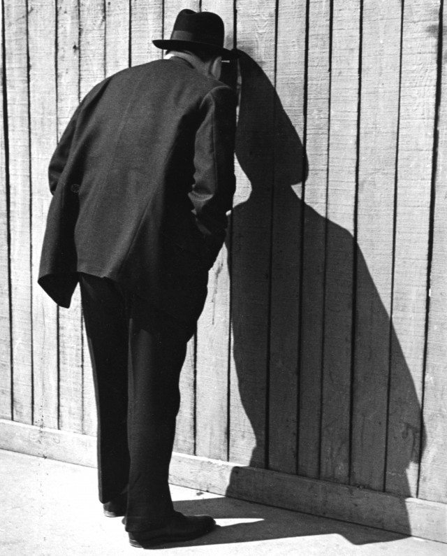 Дыра в заборе, Париж, 1936. Фотограф Фред Стайн