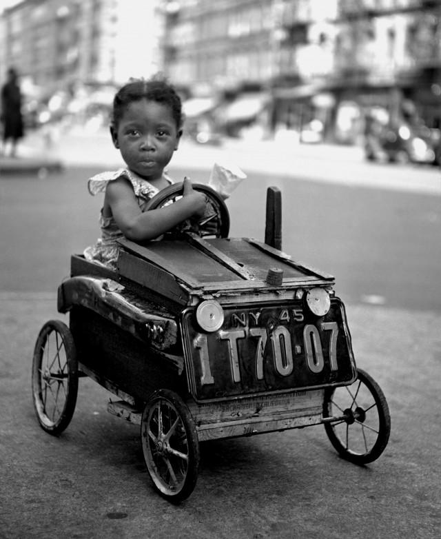 Девочка в машине, Нью-Йорк, 1947. Фотограф Фред Стайн