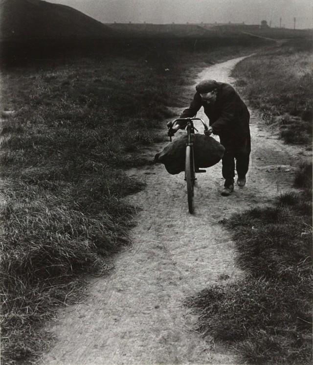 Угольщик возвращается домой в Джарроу, 1937. Фотограф Билл Брандт