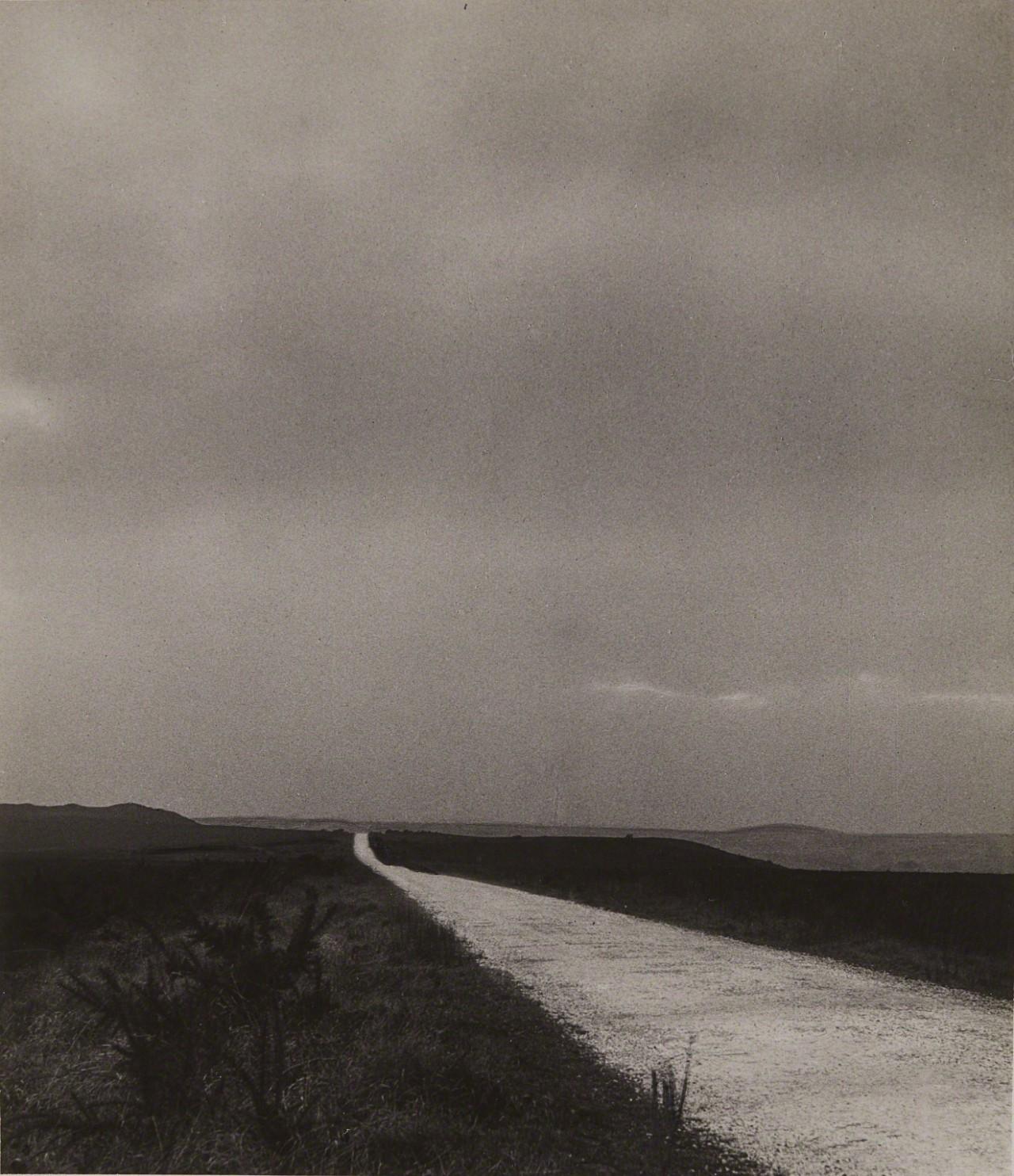 Уэссекс Харди, Белое шоссе в Эгдон-Хит, около 1946. Фотограф Билл Брандт