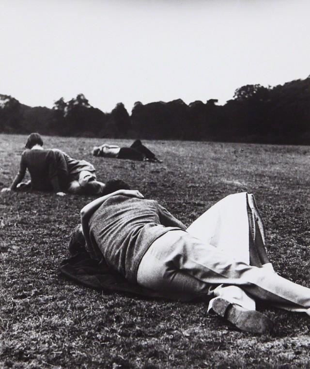 Воскресный вечер, Точка поцелуев, Гайд-парк, Лондон, 1936. Фотограф Билл Брандт
