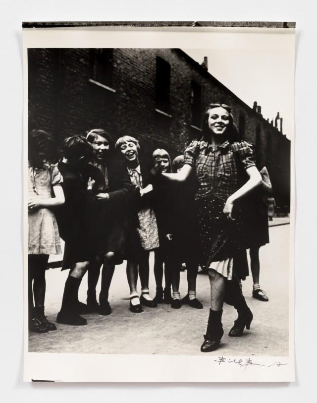 Девушка из Ист-Энда танцует на Ламбет-Уок, 1930-е. Фотограф Билл Брандт