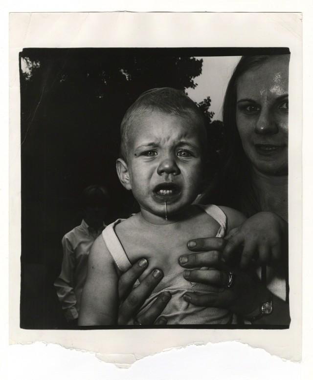 Мама держит плачущего ребенка, Нью-Джерси, 1967. Фотограф Диана Арбус