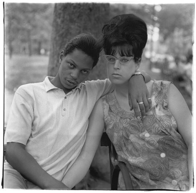 Молодой человек и его беременная жена в парке Вашингтон-сквер, Нью-Йорк, 1965. Фотограф Диана Арбус