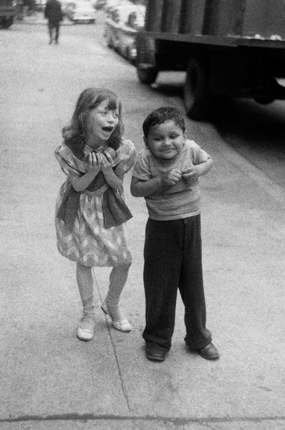 Ребенок дразнит другого, Нью-Йорк, 1960. Фотограф Диана Арбус