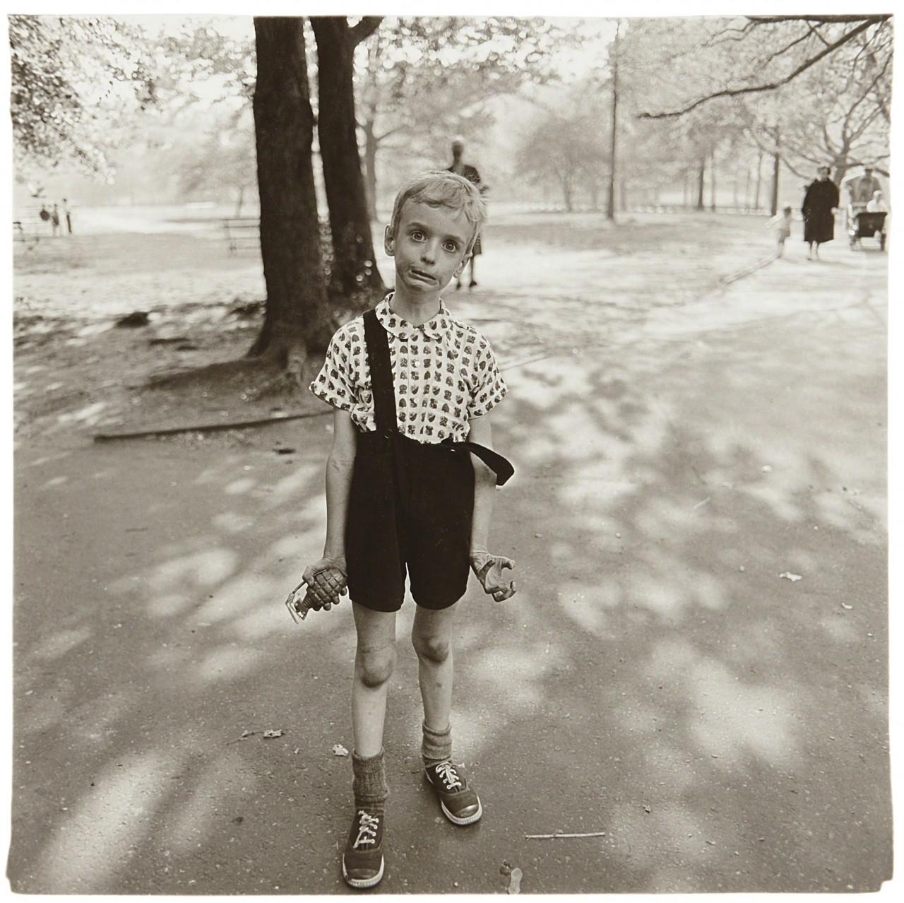 Ребенок с игрушечной гранатой в Центральном парке, Нью-Йорк, 1962. Фотограф Диана Арбус