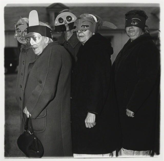 Без названия (пять женщин в масках), 1970-1971. Фотограф Диана Арбус