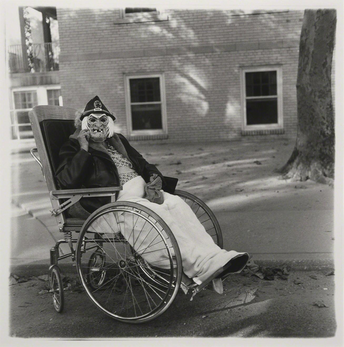 Женщина в маске в инвалидной коляске, Пенсильвания, 1970. Фотограф Диана Арбус