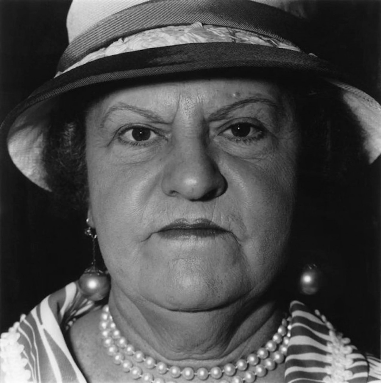 Женщина с жемчужным ожерельем и серьгами, Нью-Йорк, 1967. Фотограф Диана Арбус