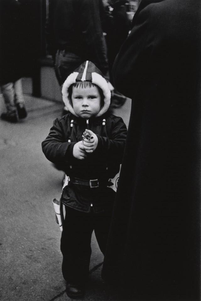 Мальчик в куртке с капюшоном целится из пистолета, Нью-Йорк, 1957. Фотограф Диана Арбус