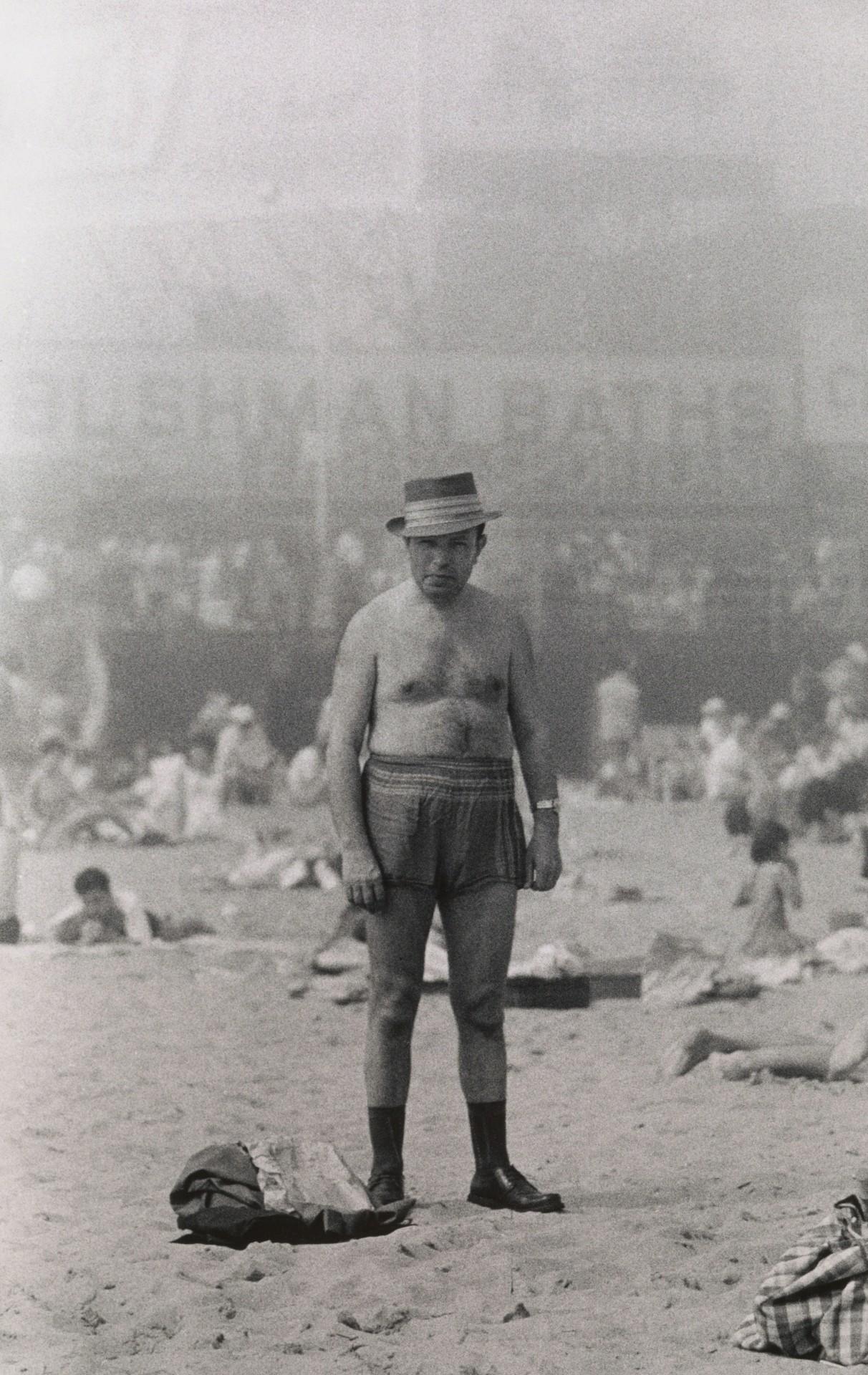 Мужчина в шляпе, плавках, носках и туфлях, Кони-Айленд, Нью-Йорк, 1960. Фотограф Диана Арбус