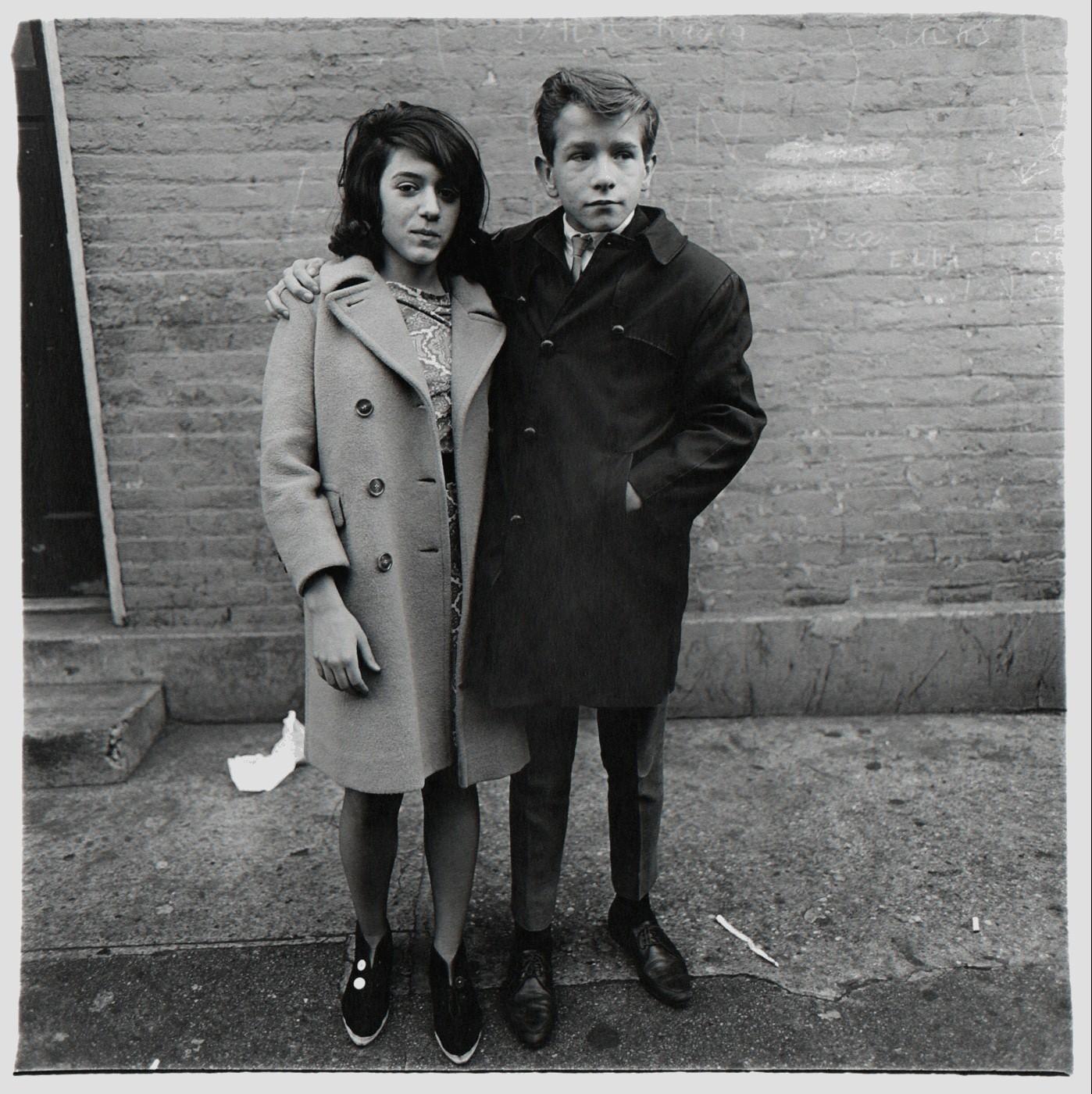 Подростковая пара на Гудзон-стрит, Нью-Йорк, 1963. Фотограф Диана Арбус