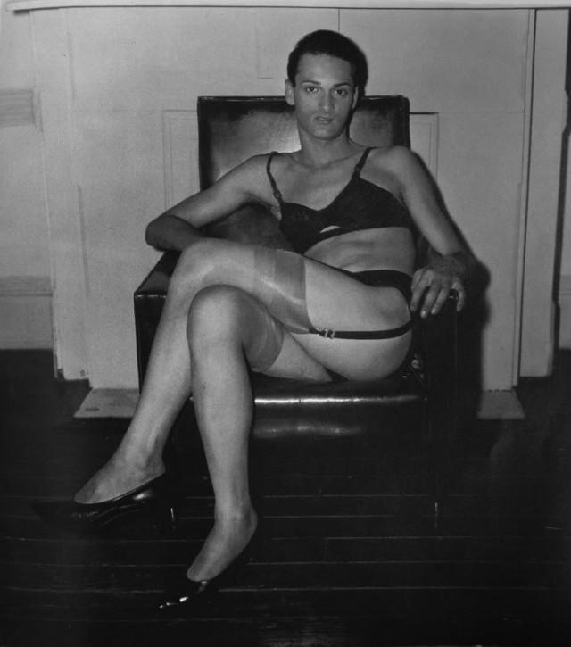Сидящий мужчина в бюстгальтере и чулках, Нью-Йорк, 1967. Фотограф Диана Арбус