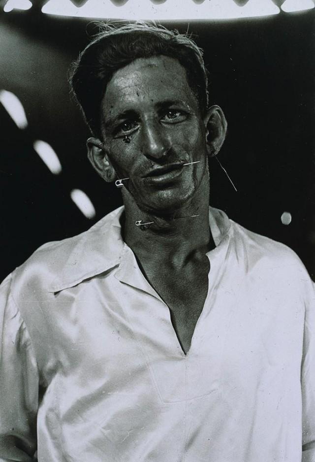 Человек-подушка для булавок, 1977. Фотограф Диана Арбус