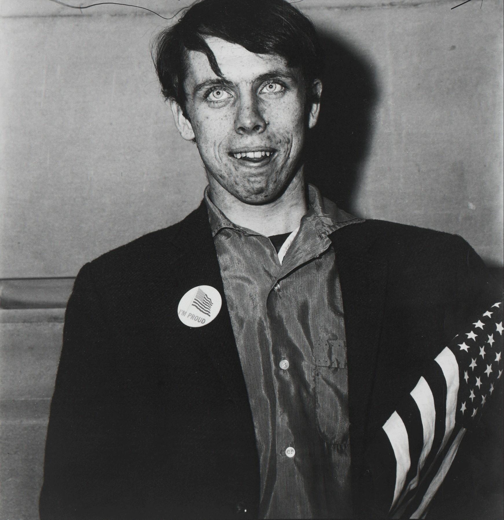 Юноша-патриот с флагом, Нью-Йорк, 1967. Фотограф Диана Арбус