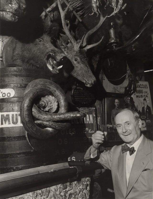 В баре в Баррио Чино Миро выпивает бокал хереса, 1955. Фотограф Брассаи