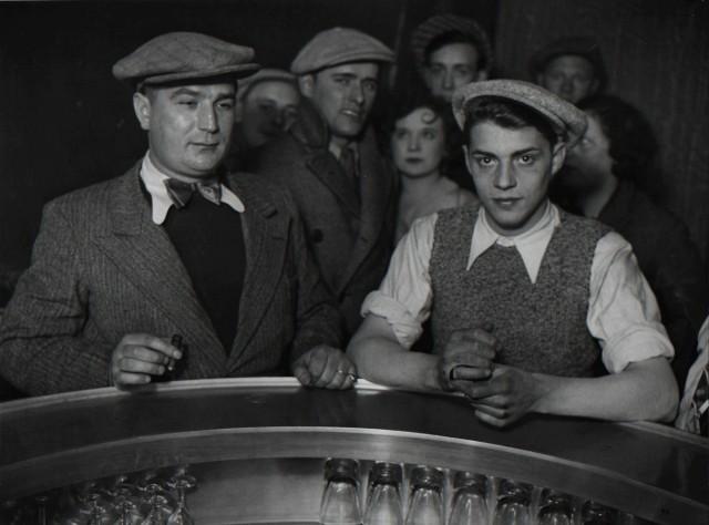 Группа мужчин в бистро, 1932. Фотограф Брассаи