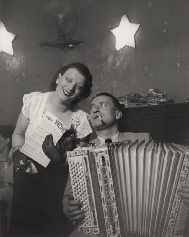 Кики со своим аккордеонистом в Cabaret des Fleurs, Монпарнас, около 1932. Фотограф Брассаи