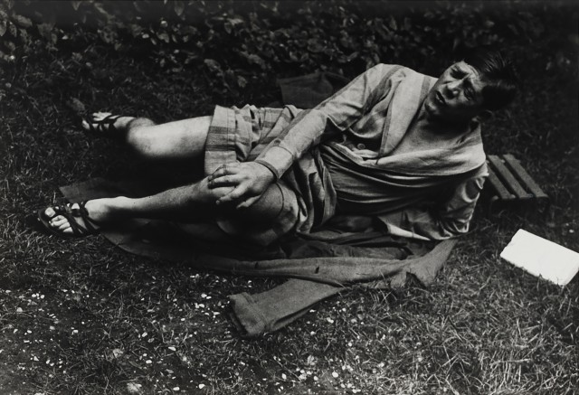 Кокошка в своем саду, 1931. Фотограф Брассаи