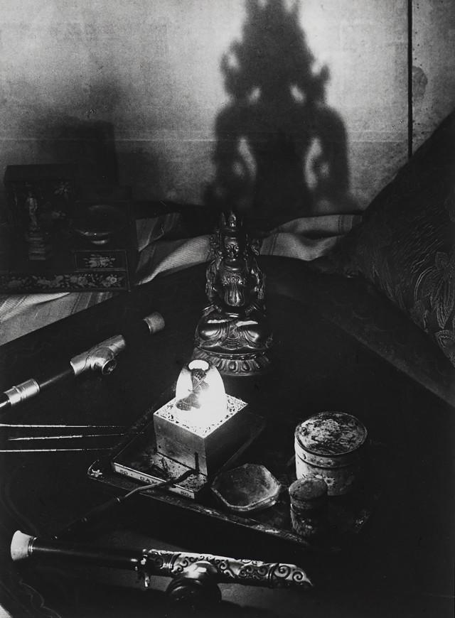 Натюрморт, опиумный притон, авеню Боске, около 1931. Фотограф Брассаи
