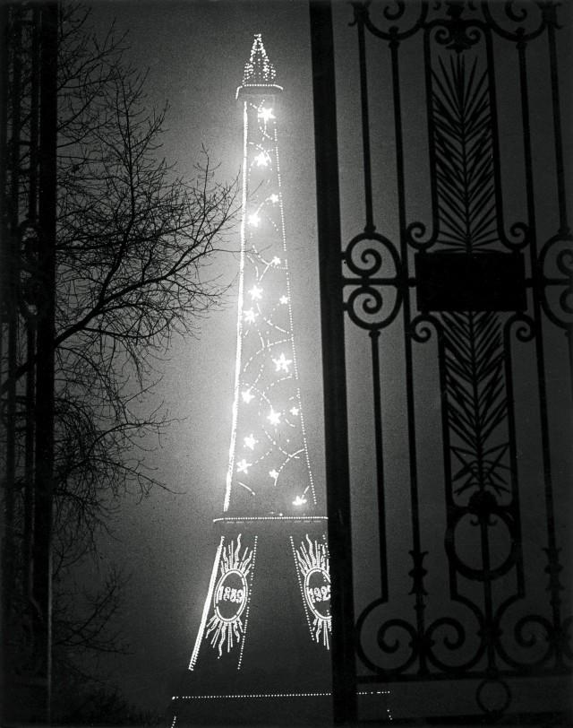 Эйфелева башня через ворота Трокадеро, 1930. Фотограф Брассаи